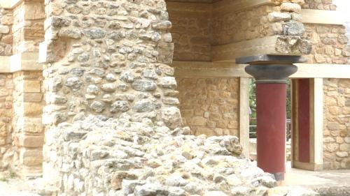 Ein angemalte Betonsäule auf 3000 Jahre alten Steinen