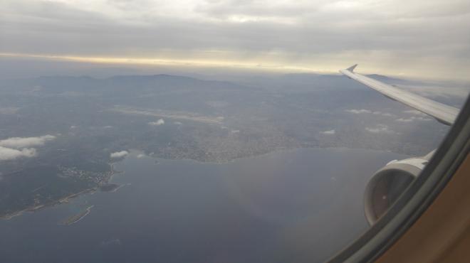 Anflug mit Aegean Airlines auf Kreta (Blick von Business-Class-Reihe 3)