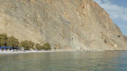 Am Strand von Glyka Nera strömt Süßwasser durch den Kies. Zu erreichen nur mit Boot oder auf einer Wanderung zwischen Chóra Sfakion und Loutró.
