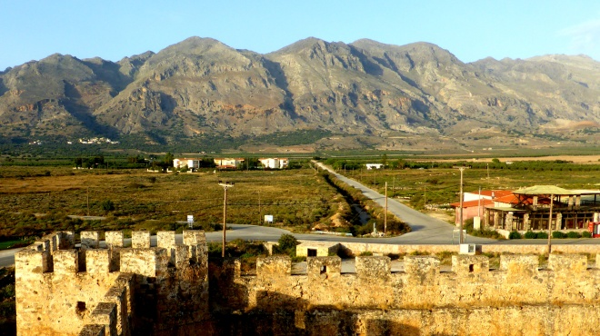 Eigentlich ein Ort des Grauens (Tausende Tote bei Schlachten), ist der Ausblick vom venezianischen Frangokastello auf die Weißen Berge (Lefká Óri) wunderschön