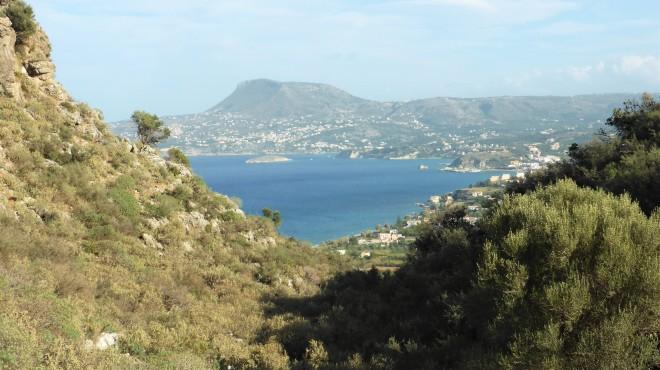 Blick auf die Bucht von Souda, unterhalb des Tafelberges, etwa in der Bildmitte, ist der Standort unserer Villa